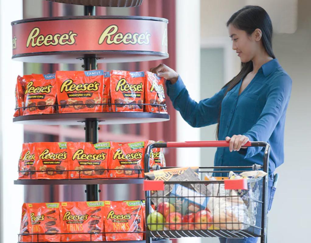 Mujer compra una bolsa tamaño familiar de tazas de Reese